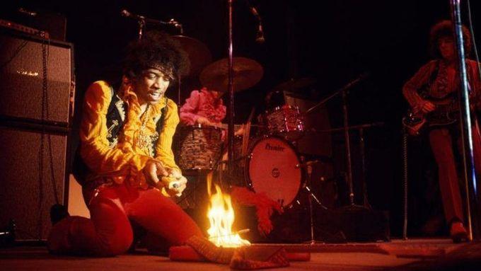 Jimi Hendrix pálí kytaru na festivalu v Monterey, 1967.