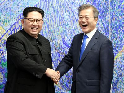 """Kimova noha poprvé šlápla na jih. """"Jsem nadšený, že se setkáváme na tomto místě,"""" řekl za hranicí"""