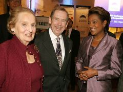 Václav Havel among women - US Secretary of State Madeleine Albright (left) and Canada´s Governor General Michaëlle Jean