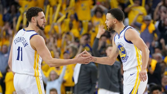 Klay Thompson a Stephen Curry v dresu Golden State.