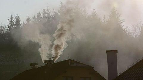 Jediný komín dokáže zkazit ovzduší desitkám sousedů. (ilustrační foto)