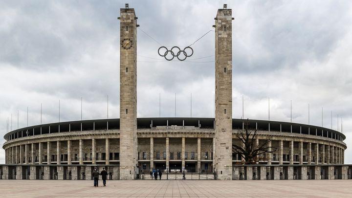 Hitler se pod olympijskými kruhy věčnosti nedočkal, jeho olympijský stadion však zázrakem přežil
