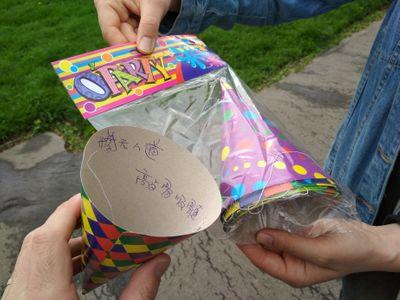 Volání o pomoc čínského dělníka? Čech si koupil papírovou čepici, našel na ní zoufalý vzkaz