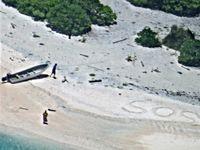 Námořnictvo zachránilo z pustého ostrova dva trosečníky. Pomohlo obří SOS v písku