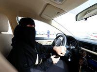 Foto: V šátku poprvé za volant. Ženy v Saúdské Arábii oslavují konec tmářství, konečně mohou řídit