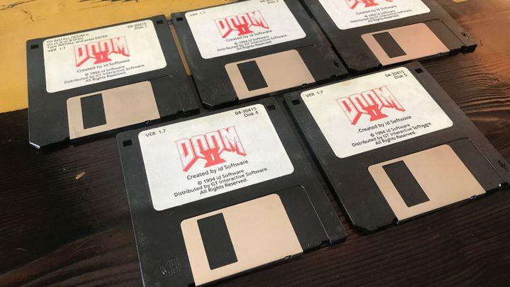 Tvůrce Dooma 2 draží na internetu hru na původních disketách, lidé nabízejí desítky tisíc