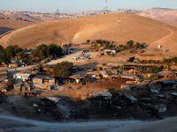 Svět kritizuje Izrael za záměr zničit beduínskou vesnici. Netanjahu demolici odložil