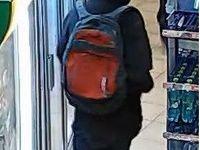 Policie hledá v souvislosti s vraždou na čerpací stanici červenošedý batoh Dakine
