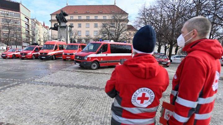Chceme pomoci, říkají dobrovolníci Českého červeného kříže před cestou do nemocnic