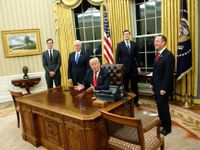 Živě: Trump začal úřadovat. Podepisuje výjimky a škrtá Obamovy projekty