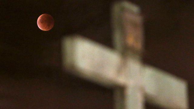 e01da35592d Obyvatelům severní polokoule se v noci na pondělí naskytla příležitost  pozorovat úplné zatmění Měsíce a takzvaný