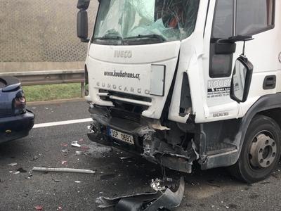 Dálnici D6 uzavřelo několik dopravních nehod, při kterých bylo nejméně pět lidí zraněných