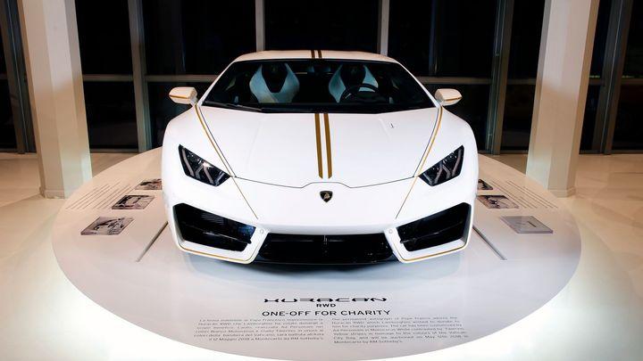 Lamborghini, kterému požehnal papež, má nového majitele. Na charitu půjde 18 milionů