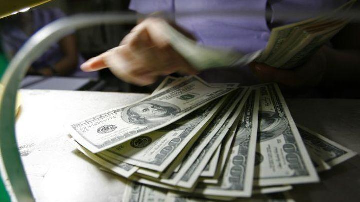 Dolar je nejdražší za deset let, koruna za to ale nemůže