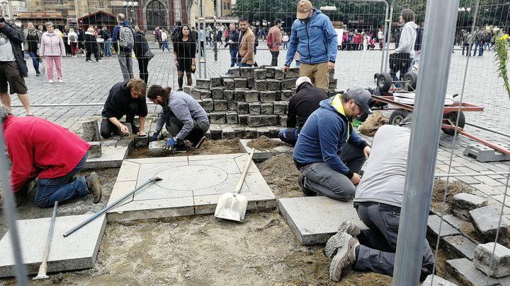 Práce na stavbě mariánského sloupu mají začít v pondělí, podle autora jim nic nebrání