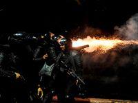 Foto: Klidné protesty se zvrhly. Lidé v Jakartě zapalovali auta, šest jich zemřelo