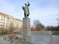 Vandalové popsali Koněvovu sochu rudými letopočty. Komunisti dloubli do vosího hnízda, míní starosta