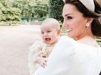Tohle je první fotka ze křtin malého prince. Vévodkyně Kate na ní drží smějícího se Louise
