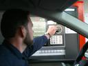 Peníze si vyberete přímo z auta. První průjezdný bankomat v Česku funguje na čerpací stanici