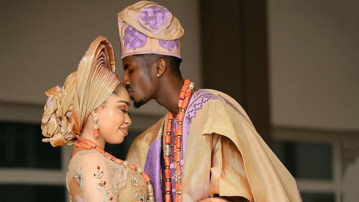 Slávista Olayinka se ženil v tradičním úboru. Vzal si půvabnou herečku Barnabasovou