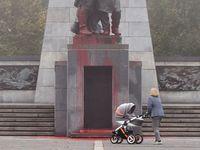 V Ostravě někdo polil červenou barvou Památník Rudé armády. Zbabělci, říká primátor