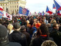 Je to neozbrojená invaze, hřímal Konvička. Centrum Prahy ovládly pro i protiuprchlické demonstrace