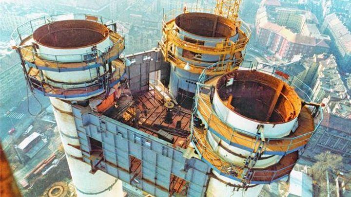 Nejvyšší věž v Česku vysílá již 30 let. Po roce 1989 byly snahy ji zbourat