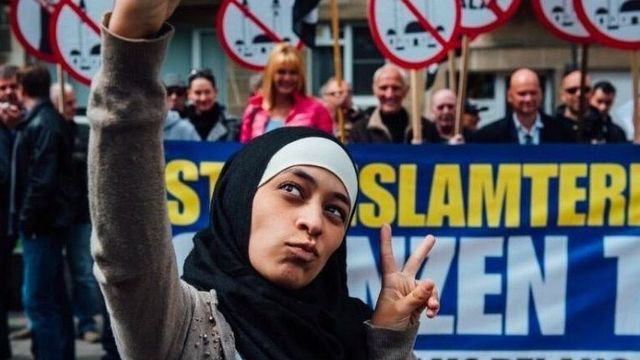 Muslimka bojovala proti nenávisti pomocí selfíček. Z hrdinky se vyklubala rasistka, co nesnáší židy (Aktuálně.cz)