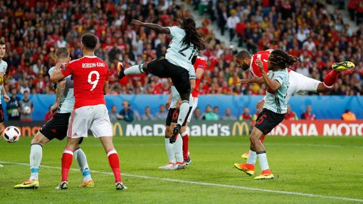 Euro 2016, Wales-Belgie: Ashley Williams dává gól na 1:1