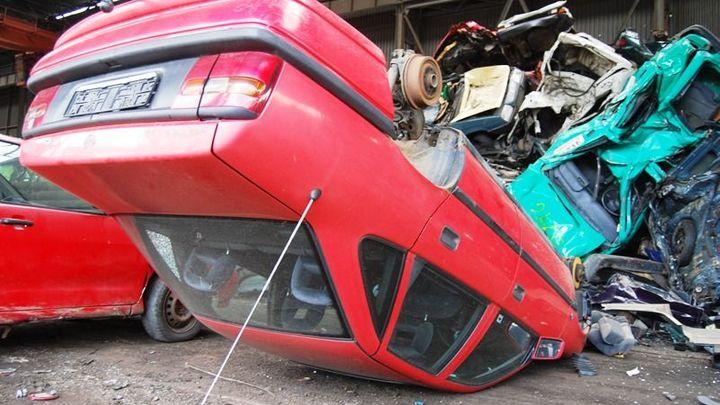 Na likvidaci autovraků by lidem mohl přispět stát