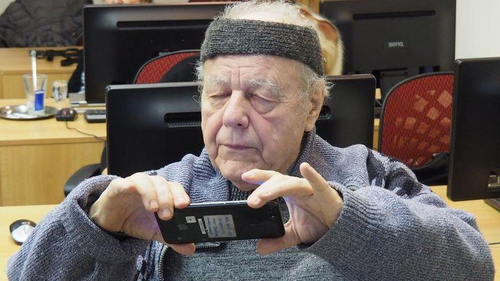 """Čeští senioři se chtějí stát youtubery. Podívejte se na kurz """"oldtuberingu"""""""