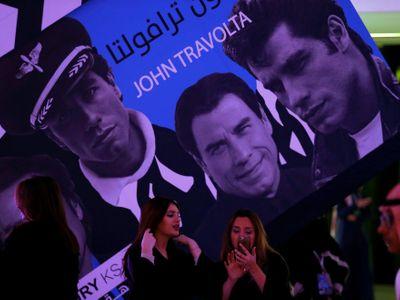 Neuvěřitelné fotky z Rijádu. Ženské sedí vedle chlapů a sledují Johna Travoltu s moderátorkou