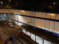 Opilý cizinec vjel autem do tunelu pro tramvaje. Zastavil ho až vyteklý olej a airbag