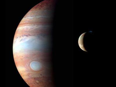 Je na Jupiterově měsíci Europa život? Vědci jsou přesvědčeni, že tam objevili zamrzlý oceán
