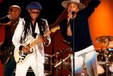 Nile Rodgers a Pharell Williams hrají Get Lucky.