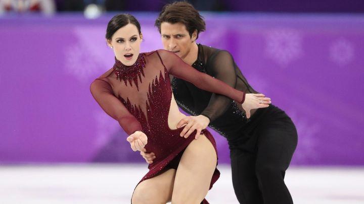 Kanadský pár Virtueová a Moir se raduje ze zlaté medaile v tancích na ledě