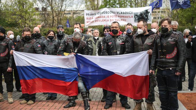 """Foto: """"Zrádci! Kolaboranti!"""" vyslechli si Češi v barvách Nočních vlků jedoucí Prahou"""