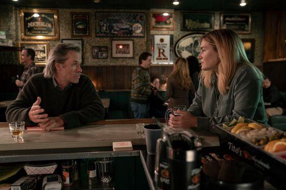 Guy Pearce jako Richard Ryan a Kate Winsletová v roli Mare Sheehanové.