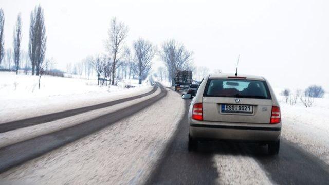 1583f3903 Dopravu v Česku komplikuje čerstvý sníh a ledovka. Většina silnic je ale s  opatrností sjízdná