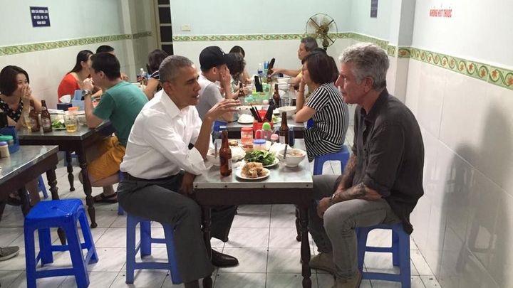 Skromný Obama baví svět. Ve Vietnamu zašel do bistra na tradiční jídlo a pivo za šest dolarů