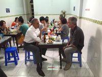 Skromný Obama baví svět. Ve Vietnamu zašel do bistra na jídlo a pivo za šest dolarů