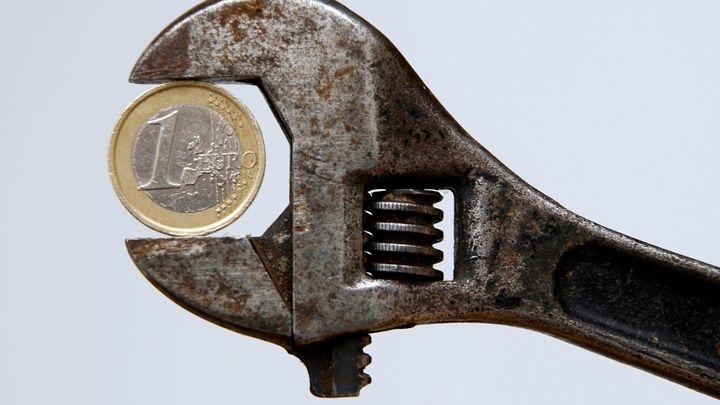Euro dál padá, k dolaru je nejslabší za posledních devět let