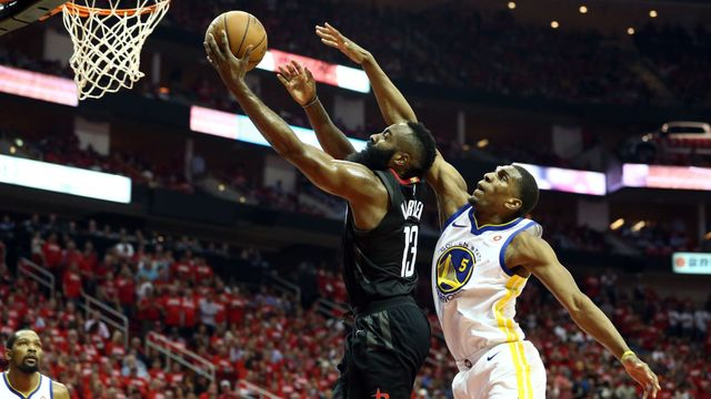 Houstonský James Harden (vlevo) v souboji s Kevonem Looneym z Golden State Warriors