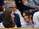 Šuškání dvou krásných vévodkyň i šílené pády. To jsou nejpovedenější obrázky letošního Wimbledonu