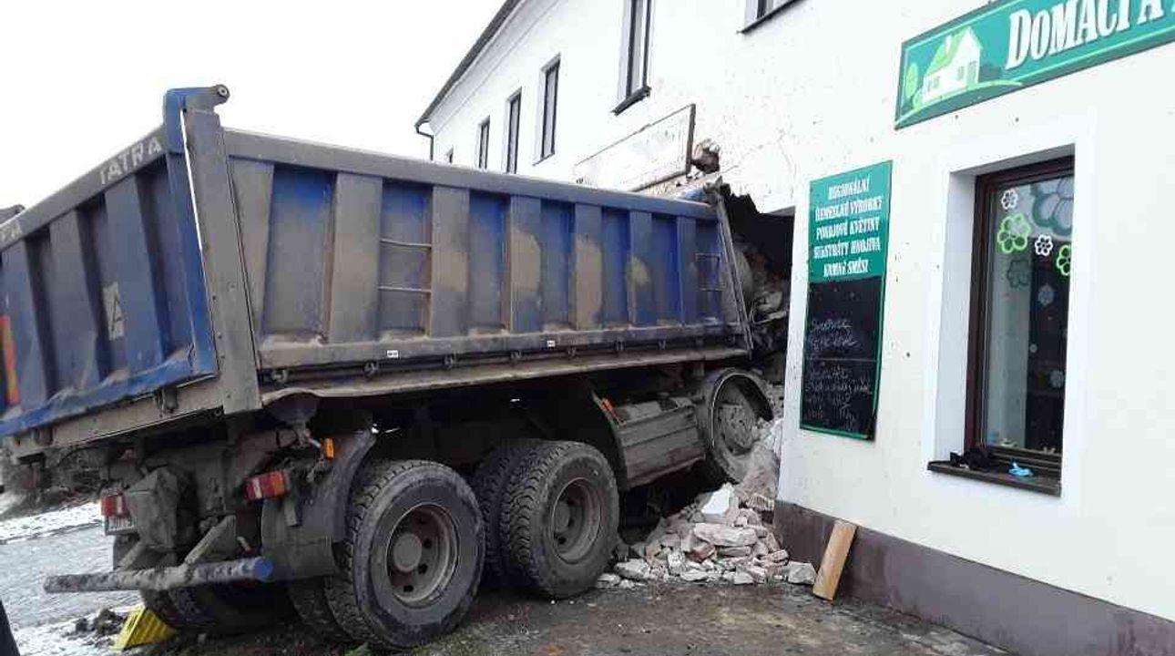 Řidič nákladního vozu usnul a vjel do restaurace, naštěstí byla prázdná
