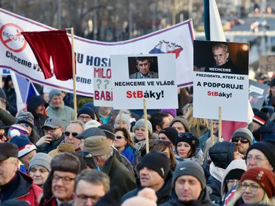 Na Václavském náměstí demonstrují za svobodu stovky lidí. Kritizují komunisty, Babiše i EET