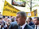 Nechceme Bureše, skandovali lidé před budovou Rozhlasu, vypískali i předsedu sněmovny Vondráčka