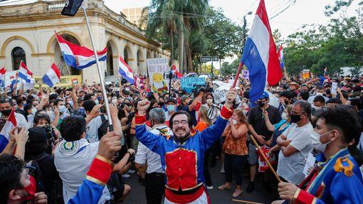 Páteční protesty v Paraguayi přerostly v potyčky s policií, ve stejný den rezignoval po tvrdé kritice zákonodárců ministr zdravotnictví.