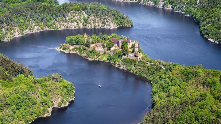 Taková je Vltava z výšky. 38 leteckých snímků od pramenů až po historická města a slavné hrady