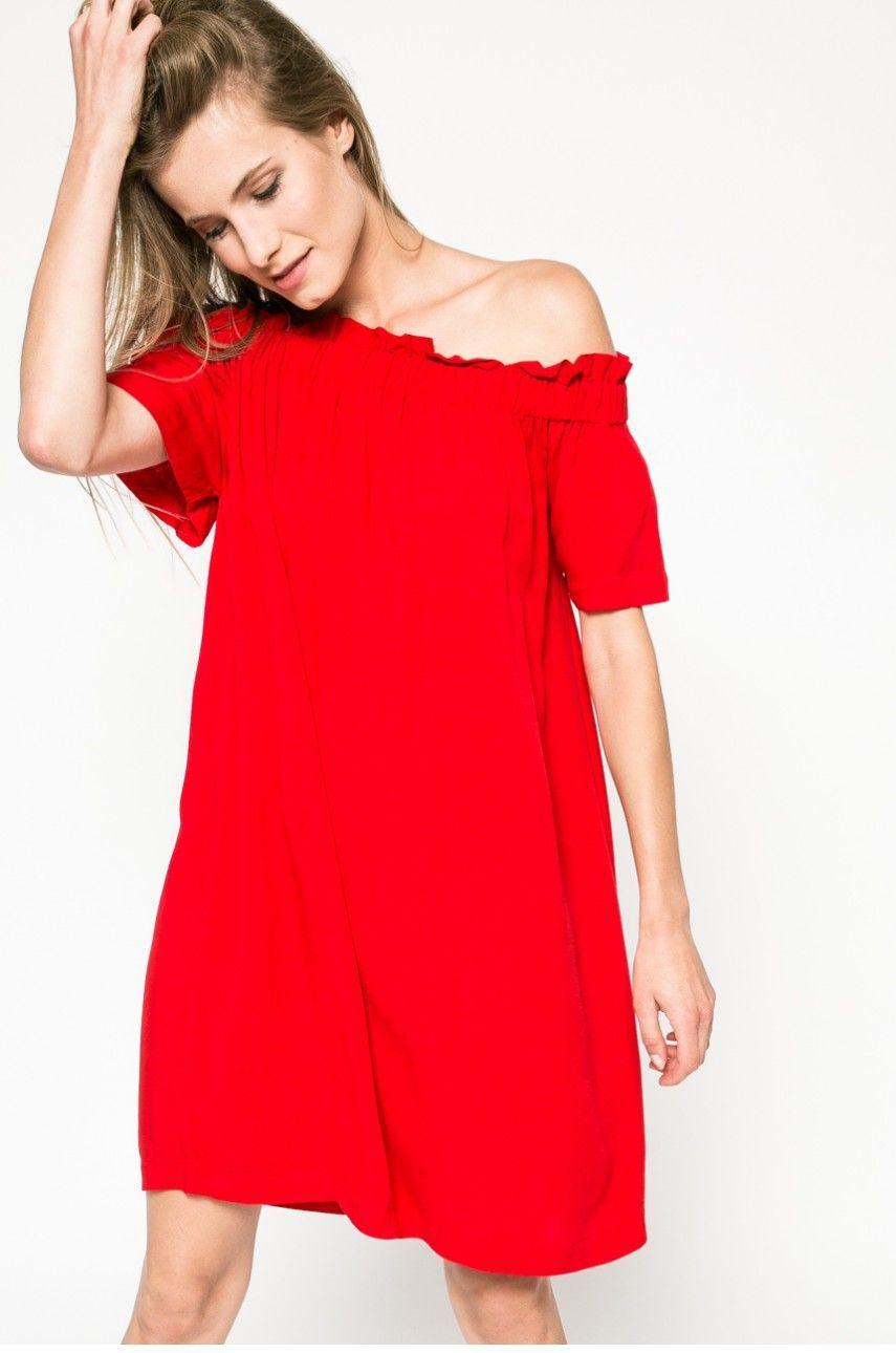 Co si vzít na vánoční večírek  Absolutním hitem jsou červené šaty. 2 26  Prohlédnout znovu Zavřít galerii. šaty 28f9072b3d